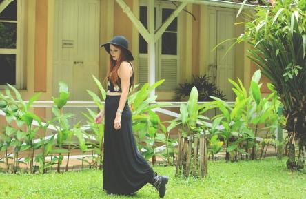 Foto: Mário Camarão. Top: Topshop, saia longa preta básica: Renner, botas: Riachuelo, chapéu: Marisa, relógio: Casio.