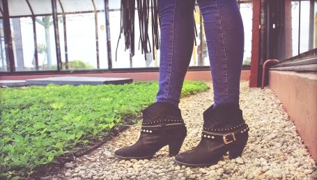 Foto: Mário Camarão. Blusa: ASOS, calça: Topshop, botas: Dumond, bolsa: Yamada.