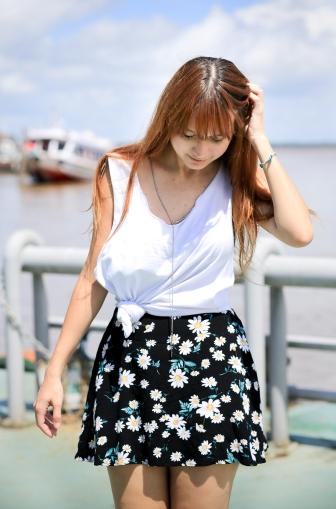 Foto: Mário Camarão. Saia: Forever 21, blusa: customizada, tamanco clog: Zara, colar: Forever 21.