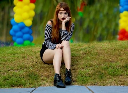 Jardineira tecido: Riachuelo, blusa listrada: Calvin Klein, botas coturno: feira hippie BH, anel: Renner, colar: centro comercial de Belém. Foto: Mário Camarão.