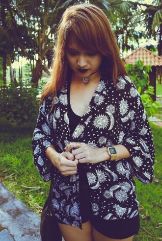 Quimono: Farm, blusa básica, shorts: Marisa, botas coturno: feira hippie BH, gargantilha: feita por mim, bolsa franja: Yamada. Foto: Mário Camarão.